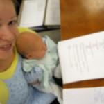 Jos hoidettavana on sekä paperitöitä että vauva, fokus ei aina ole ihan tarkka.